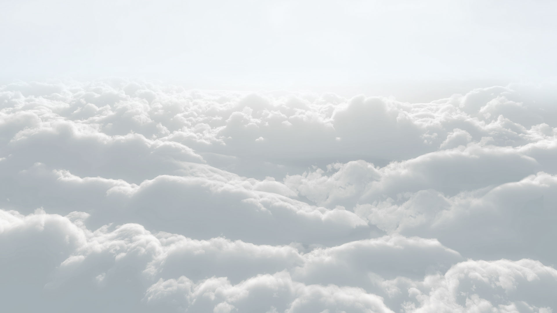 Una foto de las nubes en blanco y gris